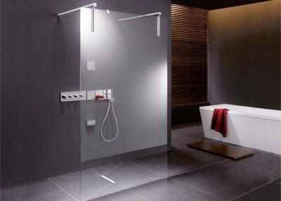 douchesituatie met drain en rode accesoires (3)
